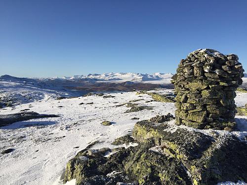 Toppvarden på Skreddalsfjellet (1414 m). Jotunheimen i bakgrunnen.