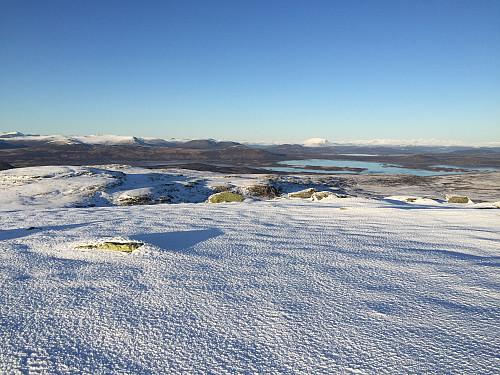 Fra Svarthamaren (1471 m) med utsikt nordover. Heidalsmuen ses sentralt til høyre med Rondane i bakgrunnen.
