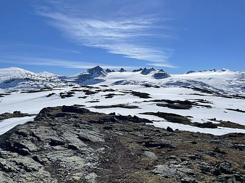 Fra Krosshøe (1627 m) med utsikt mot øst og Smørstabbtindmassivet i bakgrunnen.