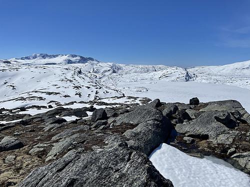 På Øst for Storevatnet (1451 m) med utsikt mot syd. Storevatnet (1270 m) i bakgrunnen til høyre.