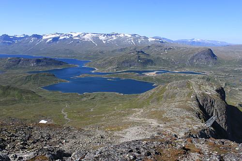 Utsikt nordover fra toppen av Bitihorn (1607 moh) mot Bygdin og Gjendealpene.