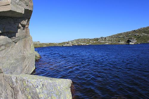 Herlig med et bad på denne varme sommerdagen her i et av tjernene mellom Båtskardberge (1270 moh) og Gravolskampen (1281 moh).