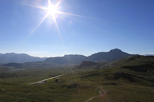 På toppen av Grønekinnkampen (1151 moh) med utsikt vestover mot Mugnetinden (1737 moh) til venstre og Bitihorn (1607 moh) til høyre.