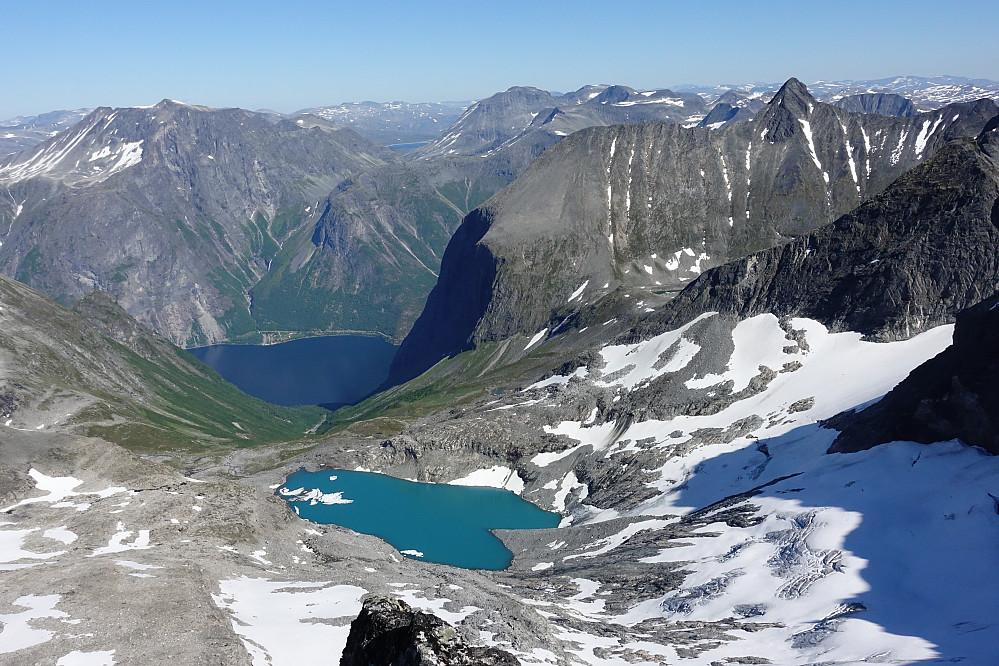 På toppen er det bare helt sjuk utsikt alle veier. Her mot Eikesdalsvannet med bl.. Vikesoksa og Hoemtinden.