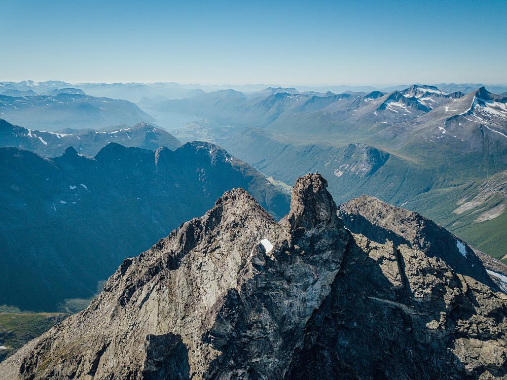 Med bruk av drone får bildene en helt ny dimensjon. Her med Isfjorden i bakgrunnen.