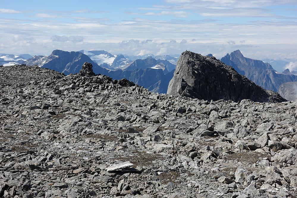 God plass på toppen av Kalskråtinden, mindre plass på neste topp i bakgrunn, Vestre Kalskråtind.