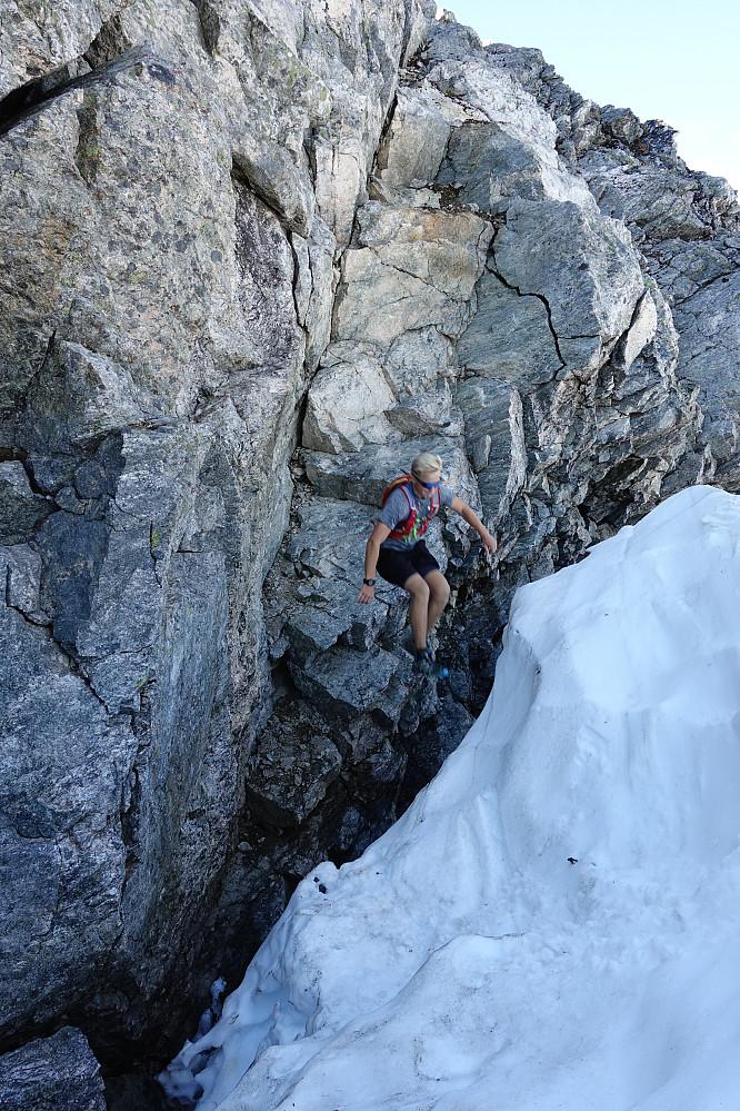 Enkleste måten å komme fra fjell til bre er selvsagt et lite hopp. Og det gikk heldigvis bra.