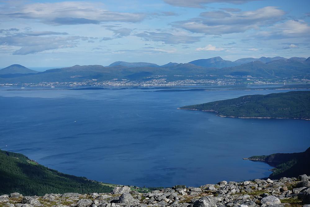 Flott utsikt tilbake mot Molde allerede fra Skåla, 863 moh.