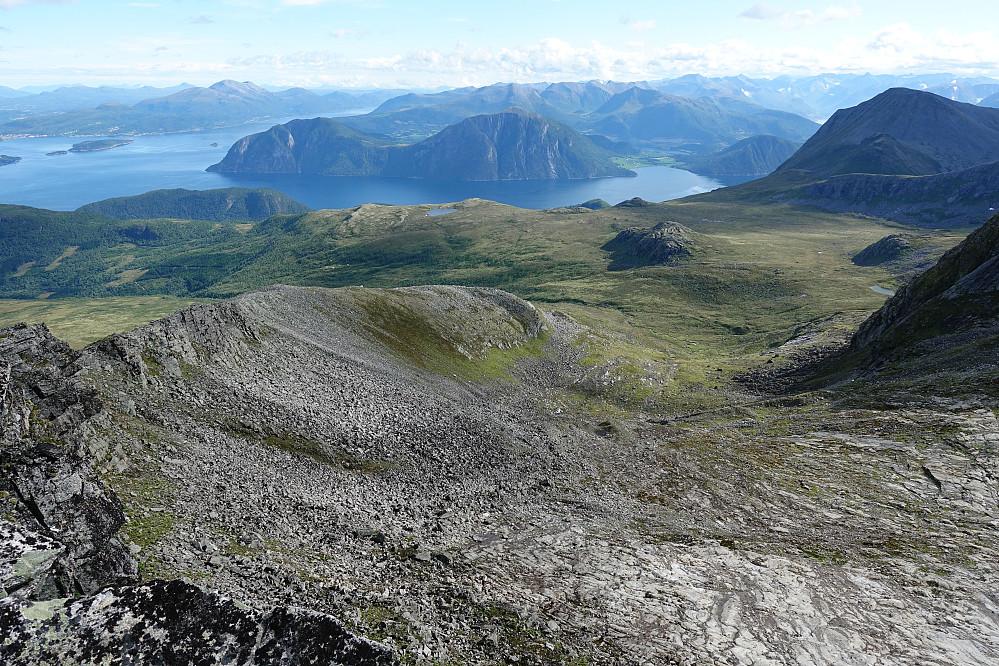 Fra Blåtinden retning øst, med Molde-Skåla bak til venstre, Kvitfjellet midt i bildet og Trollstolen til høyre.