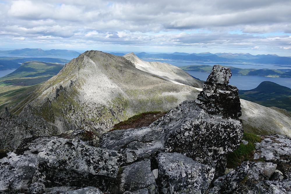 """Fra Svartevasstinden tilbake mot toppene jeg kom fra + Molde bak i det fjerne. Katastrofe: fotografen har tatt bilde med skjev horisont, kan det være at han grudde seg til """"moseturen"""" ned igjen?"""