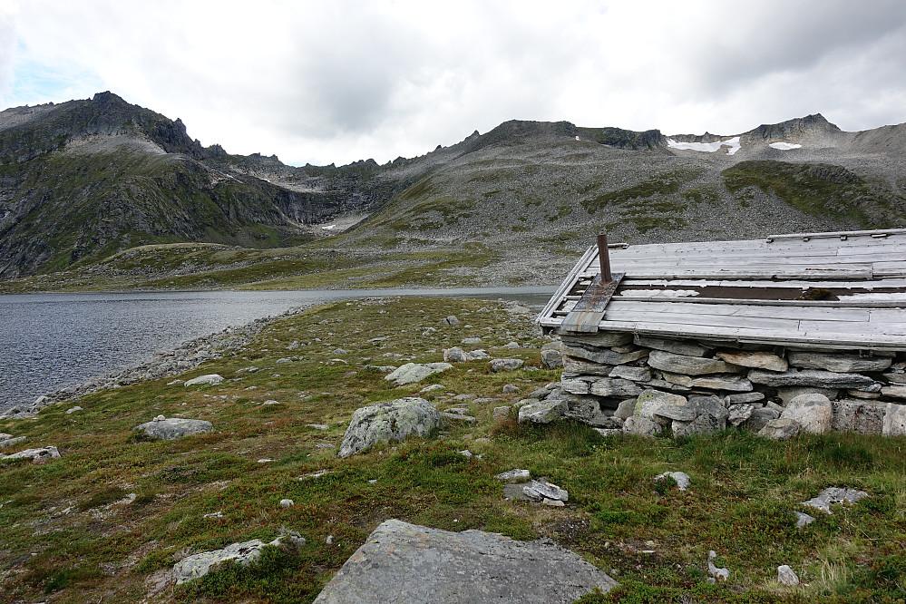 Trygt nede ved Svartevatnet. Et yndet og mye besøkt turmål for lokalbefolkningen vil jeg tro.