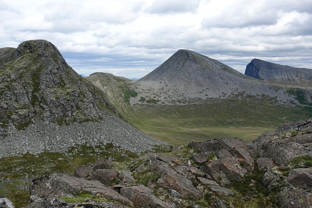Fra knotten Svartevatnet øst, med utsikt til baksiden av fra venstre Langfjellet, Stolsaksla, Trollstolen og Blåstolen.