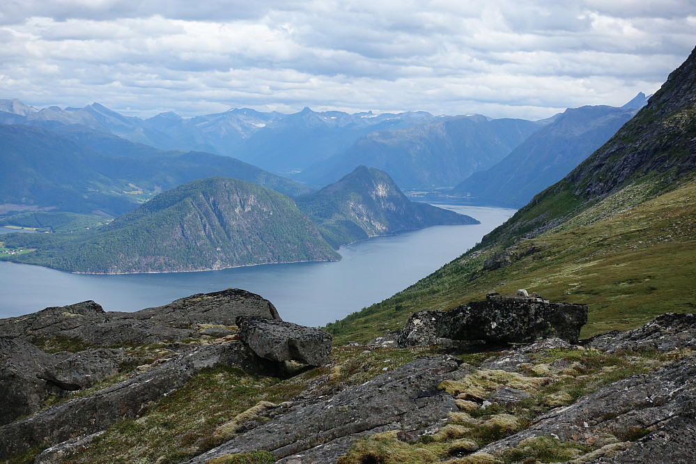 Fra en helt ubetydelig knaus, Nonstind ( kunne vel ikke vært mer feil navn på denne knausen ) retning Romsdalen med bl.a. Gjuratinden og Store Venjetinden såvidt synlig til høyre.