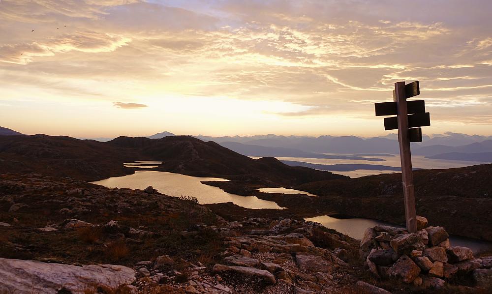 Tilbakeblikk mot soloppgangen og vi ser Romsdalsalpene i det fjerne og Audunstjørnan i front.