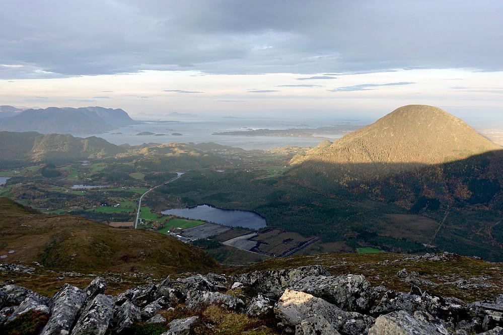 Fra Valltua med bl.a. Jendemsfjellet i sol. Midsund, Gossa og Julsundet/Jendem godt synlig i bildet.