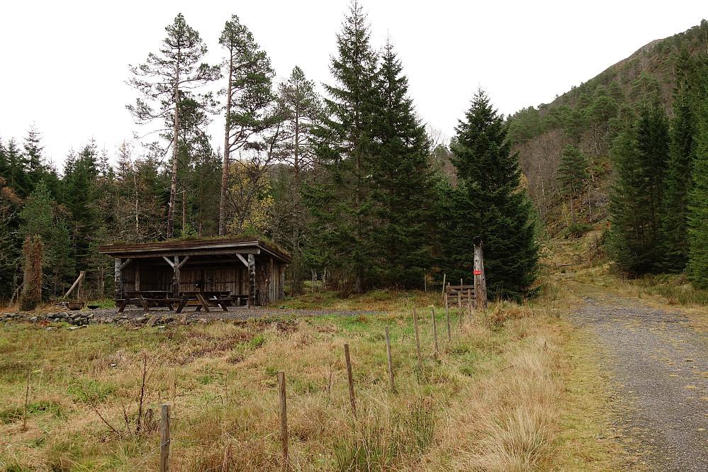 """Ved Åndalssetra, kunne vært fristende å sette seg ned her og ta ei skikkelig pause men det ble """"rett på"""" i stedet."""