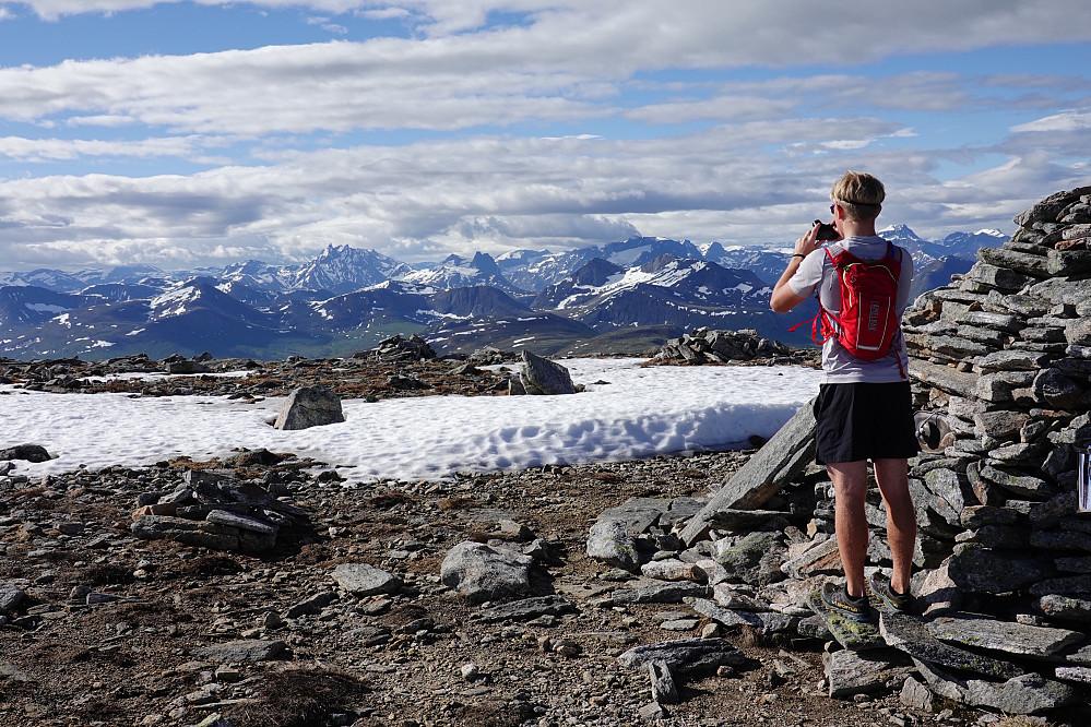 Elias tar bilde mot kjente Romsdalsfjell som han har lyst å bestige.