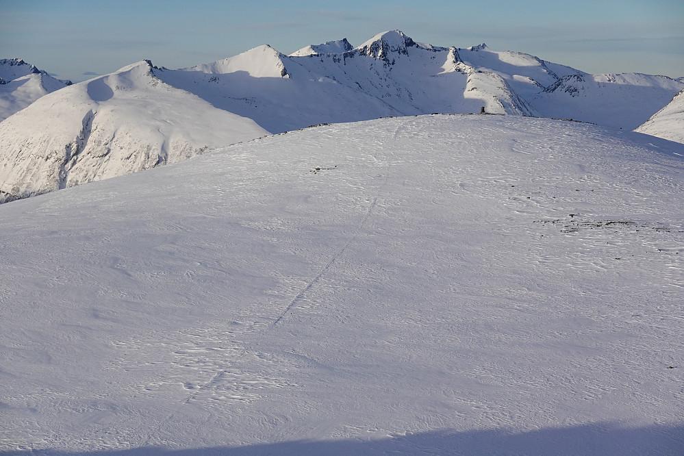 Avblåst på toppan, her ser vi rester av sporet til junior fra lørdag på Klauva. I bakgrunnen ser vi bl.a. Prosten og Svartevasstinden.