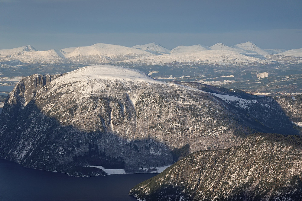 Kvitfjellet nærmest, i bakgrunnen en bra samling kjente lokale topper for oss som bor i Molde.
