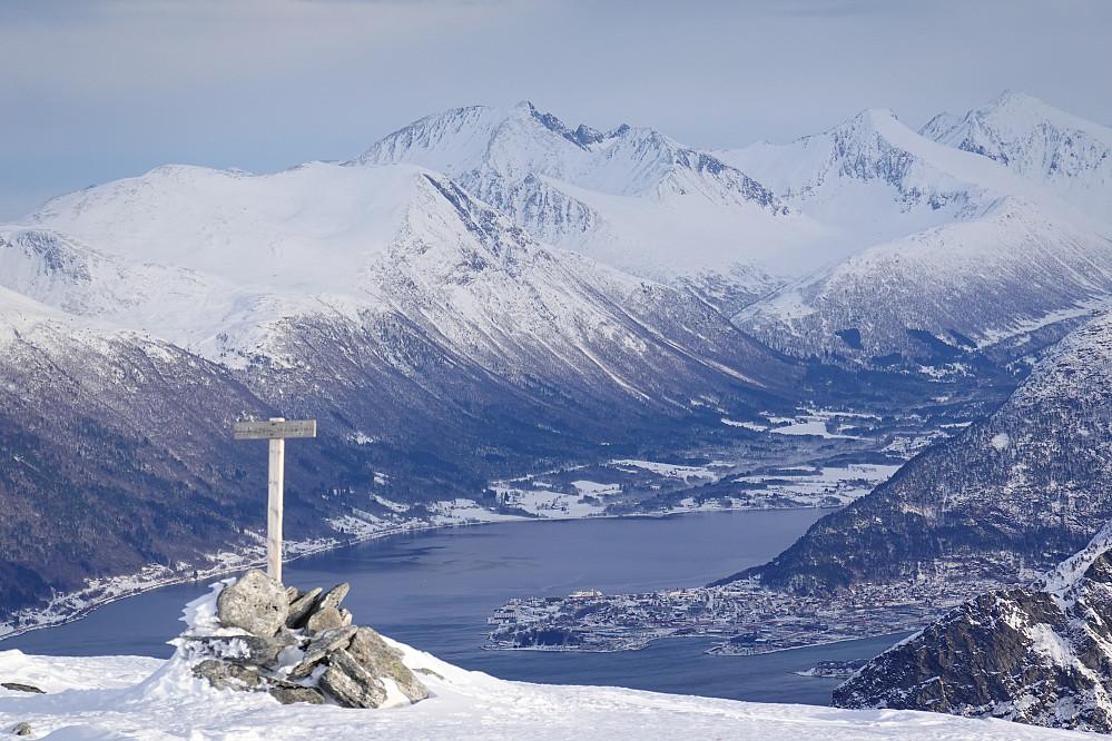 Fra Skarven mot Isfjorden, Åndalsnes og kjente skifjell.
