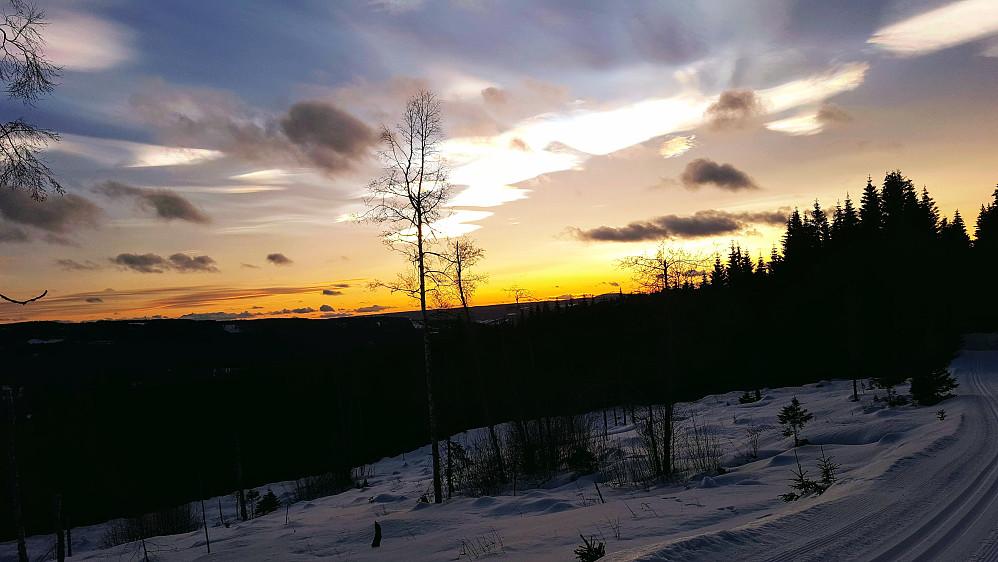 Solnedgang og perlemorskyer i OL-løypene ved Sjøsetra