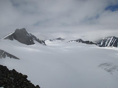 Panorama over Bukkeholsbreen sett fra Søre Bukkeholstind. Vi ser Store Bukkeholstind, Bukkehø, Nordre Bukkeholstind og Store Tverråtind