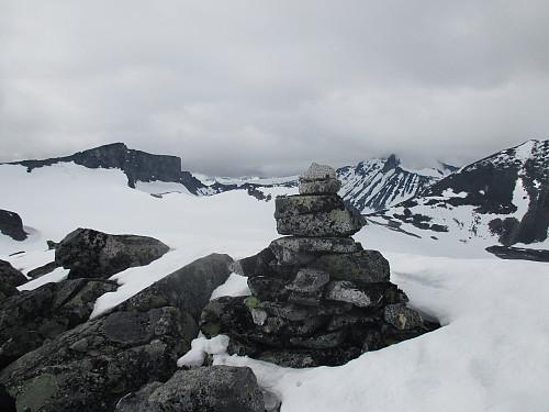 På Nordre Bukkeholstind mot bl.a. Bukkehø og Skardstind med Nåla