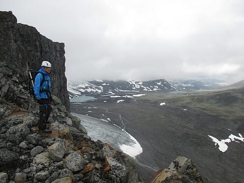 På ryggen nord for Veotindane mot fronten av Veobreen og Skautflya