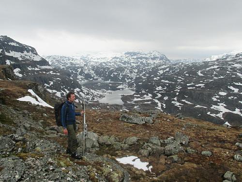 Mot Grunnavatnet og Saurdalsvatnet. Kjetilstaddalen med T-stien til Stranddalen går inn til venstre