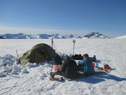 Frokost på toppen av breen med panorama mot Gjendealpene. Hinnåtefjellet, dagens første mål, sees til høyre