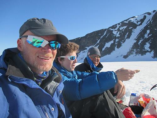 Fornøyde på teltplassen, for anledningen med plastrede solbriller