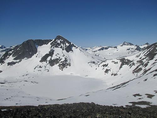 Mot Semeltind og Semelbretjørna. I bakgrunnen dominerer Visbretind