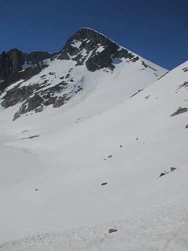 Bratt ned mot Semelbretjørna før oppstigning til bandet mot Semeltind
