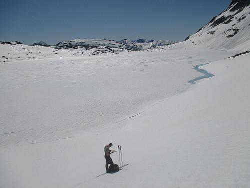 Ved Semelbretjørna, som oftest er islagt til langt utpå sommeren