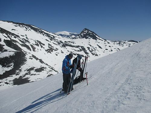 Bratt oppstigning mot Semeltind, og skiene må av. I bakgrunnen sees Hinnåtefjellet og Surtningssua