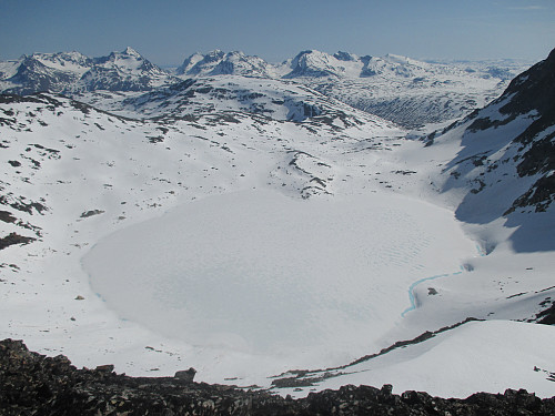 I oppstigningen mot Søre Hellstugutind, med utsikt mot Semelbretjørna og Gjendealpene