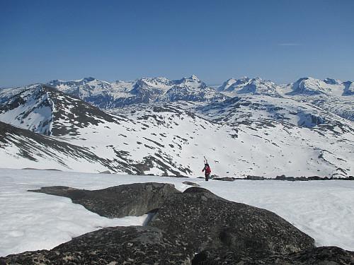 I oppstigningen mot Søre Hellstugutind, med utsikt mot Hinnåtefjellet og Gjendealpene
