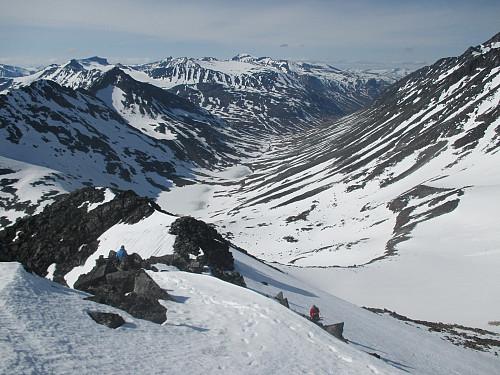Bratt nedstigning til skardet nord for Søre Hellstugutind, med utsikt mot Urdadalen. I midten bakerst topper Galdhøpiggen alt