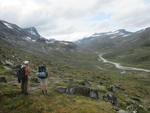 Første synet av vakre Leirungsdalen, med Munken, Austre Leirungstind og Tjørnholsoksla som dominerende topper