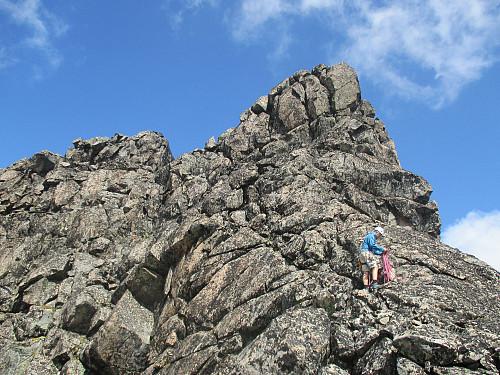 Rigging av tau for klatringen opp til Midtre Skarvflytind. Ruta traverserer mot venstre et stykke oppe og så nokså direkte opp på hovedtoppen (til venstre i bildet)