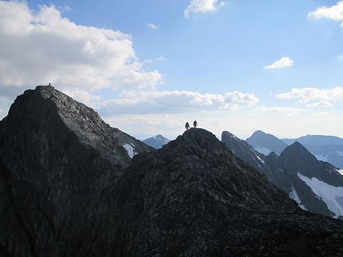 To av oss på sekundærtoppen nord for Austre Leirungstind, med bl.a. Vestre Leirungstind og Vesle Knutsholstind bak