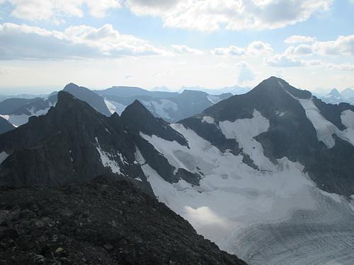 Mektig utsikt fra Austre Leirungstind mot Vestre Leirungstind, Vesle- og Store Knutsholstind