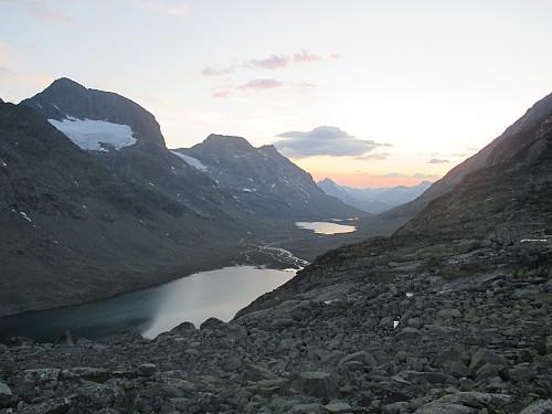 På Svartdalsbandet mot noen av morgendagens topper vest for Svartdalen, nemlig Mesmogtind og Svartdalspiggane