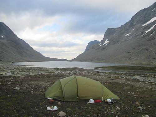 Teltplassen nord for den sørligste Svartdalstjørna