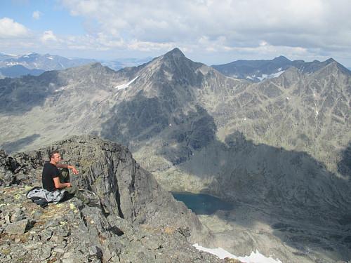 På Mesmogtind med utsikt mot Svartdalen med Store Knutsholstind