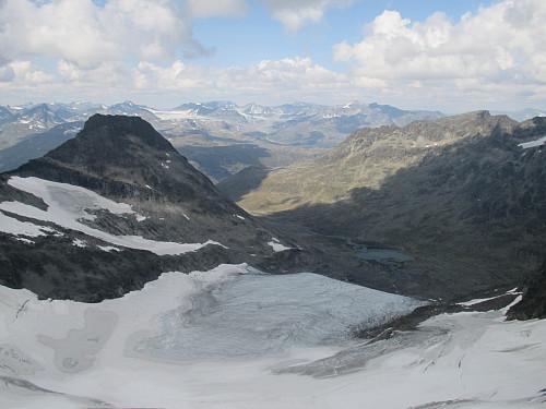 Fra Langedalstind mot Store Svartdalspiggen og den ennå så mektige Svartdalsbreen. I sine velmaktsdager gikk den helt ned i Svartdalen hvor endemorenen nå demmer opp tjørna nederst i bildet