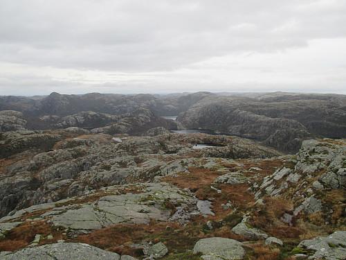 Frå Moslivarden mot Buksetjødnane og Hengjanevatnet bakerst. Av toppane dominerer Naganibba til venstre
