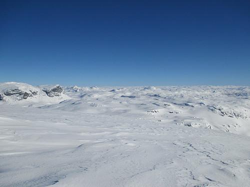 Fra Sveigen mot bl.a. Store Nup, Mannevasstoppen og Vesle Nup. Sekundærtoppen på Sveigen sees like nedenfor og til høyre for sistnevnte