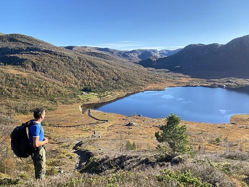 I Bakkane vestanfor Sunnmork med tilbakeblikk mot denne flotte fjellgarden ovanom Lysefjorden