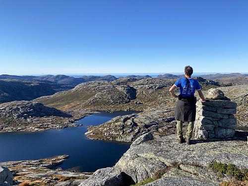 Herleg utsikt frå Bergeheia, høgaste punktet i området lansert som Preikestolen Nasjonalpark. Me ser heile fjellrekka i Jørpelandsheia frå Reinaknuten til Bratteliknuten frå ein uvanleg vinkel